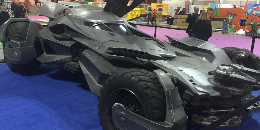 Here's your best look at the Batmobile in 'Batman v Superman' yet https://t.co/uCKG47jdM5 https://t.co/GmxNuxrQT0