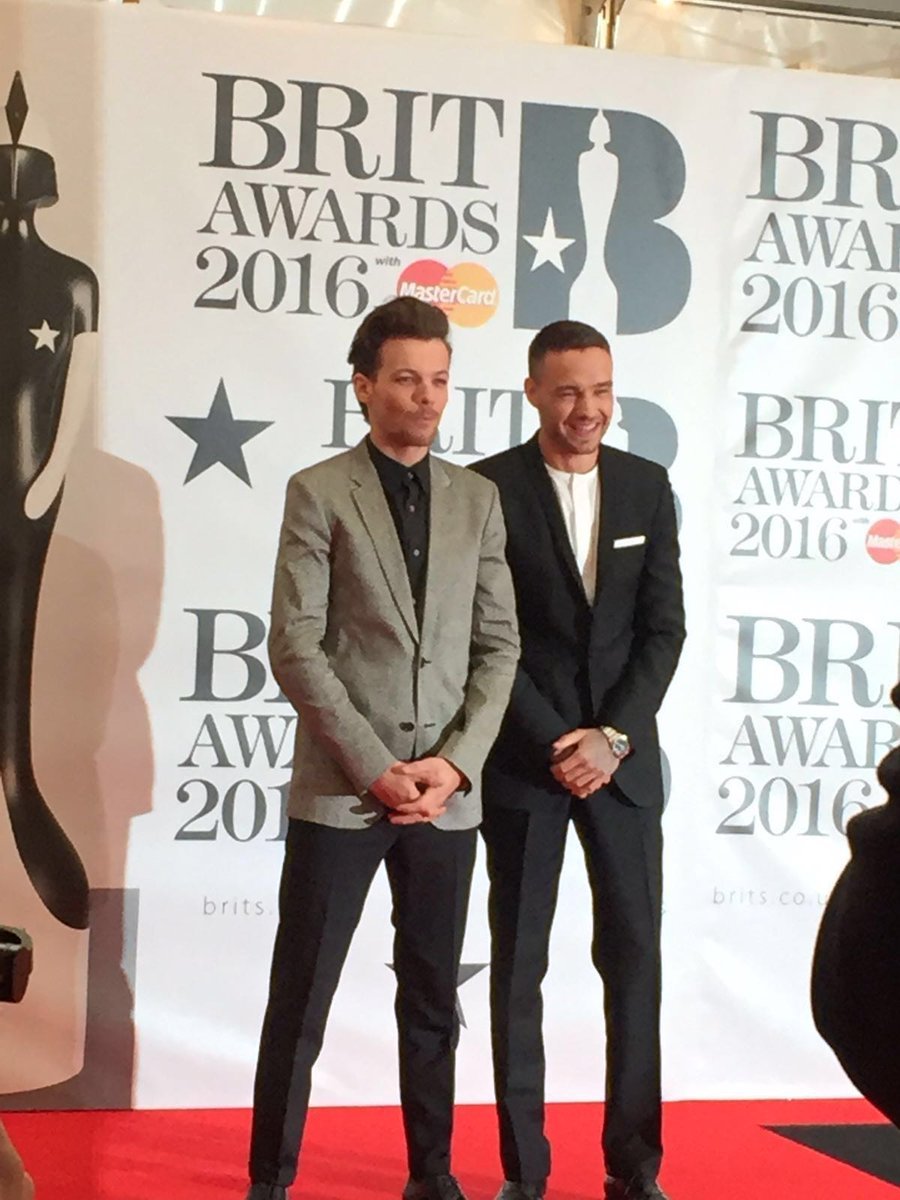That's right, they're here! And looking super smart too! @onedirection #BRITs https://t.co/D5mpscbJDP