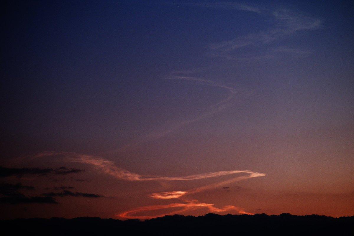 岡山で観測できたH-ⅡAロケット打ち上げ由来のロケット雲(夜光雲?)高層の雲の日照がなくなるまで、20分ばかり観測することができました。周りが薄暗くなっている中、明るく輝く雲が現れてとても幻想的な光景でした。 #mysky https://t.co/4AB2gobYCQ