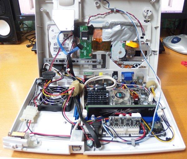 DUO-R PC内部。結構ごちゃごちゃしていますが、なんとか収まっています。E350はRADEON HD6310が載ってますが、さすがに3Dゲームは厳しいです。SSDにしたら結構パフォーマンス上がるかもですね https://t.co/c3pBkFXKXl