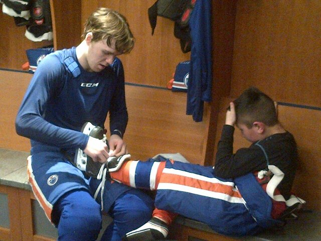 Nice touch @cmcdavid97 help Kohen Flett with skates.Kohen was @EdmontonOilers practice thru Make a Wish Foundation https://t.co/JjdbFev4Rq