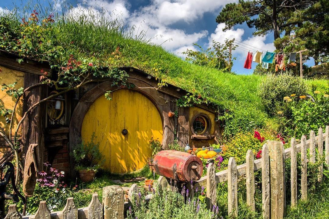 Hobbit houses. #NZMustDo  [📍Hobbiton Movie Set, Hamilton-Waikato. 📷 @5foottraveler] #RealMiddleEarth #HobbitonTours https://t.co/W5tPNnomM7