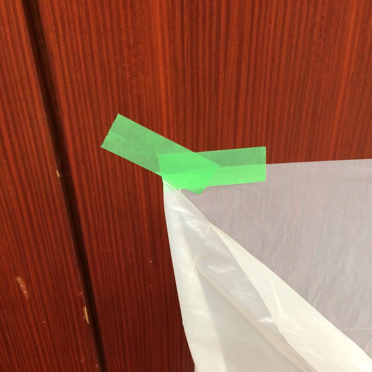 仮設のゴミ袋を養生テープで固定する場合、このようにテーピングすると剥がれずにすみます。 https://t.co/kvao06P7AK