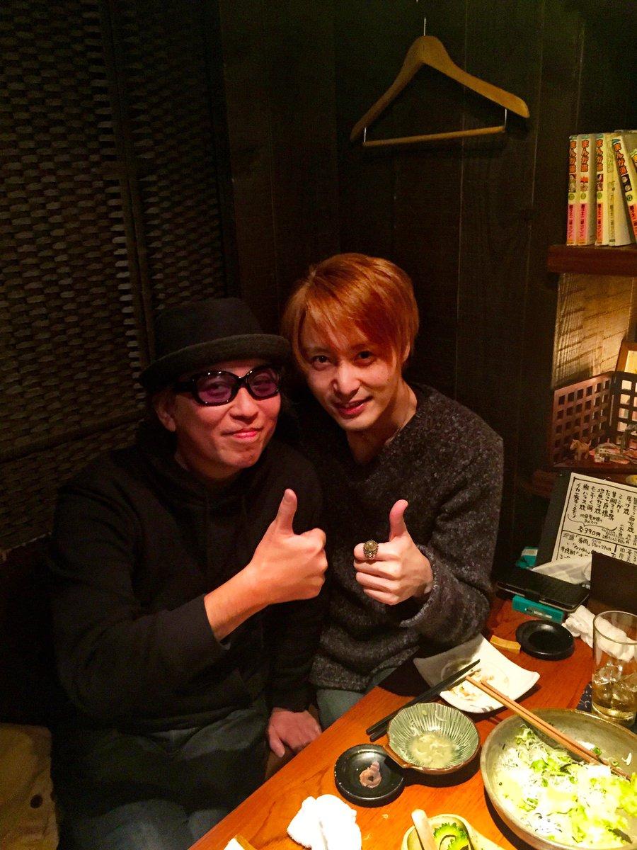 俳優、徳山秀典と久しぶりに呑んでる! もう15〜16年の付き合い。 実の弟みたいな存在です。 彼は元・仮面ライダーであり、大ヒットドラマ『さくら心中』の主演であり、歌唄いです。 これから一緒に、かっいい事をいっぱいやるぜ!! https://t.co/ipwT2liuij