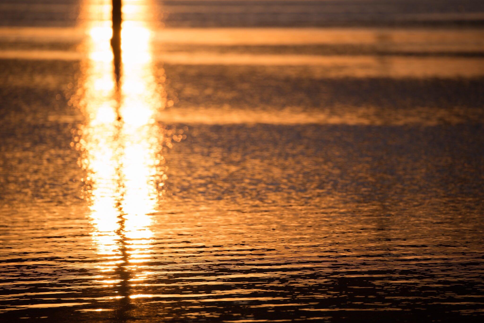 Split Sunrise  今朝、起きたときは雲がなかった。撮影場所に着いて準備をしていたら、雲が出てきて空が残念な感じになった。家に戻ってきたら、またきれいに晴れた。そんなわけで、これはいつかの日の出。 https://t.co/A59Mbl35Vt