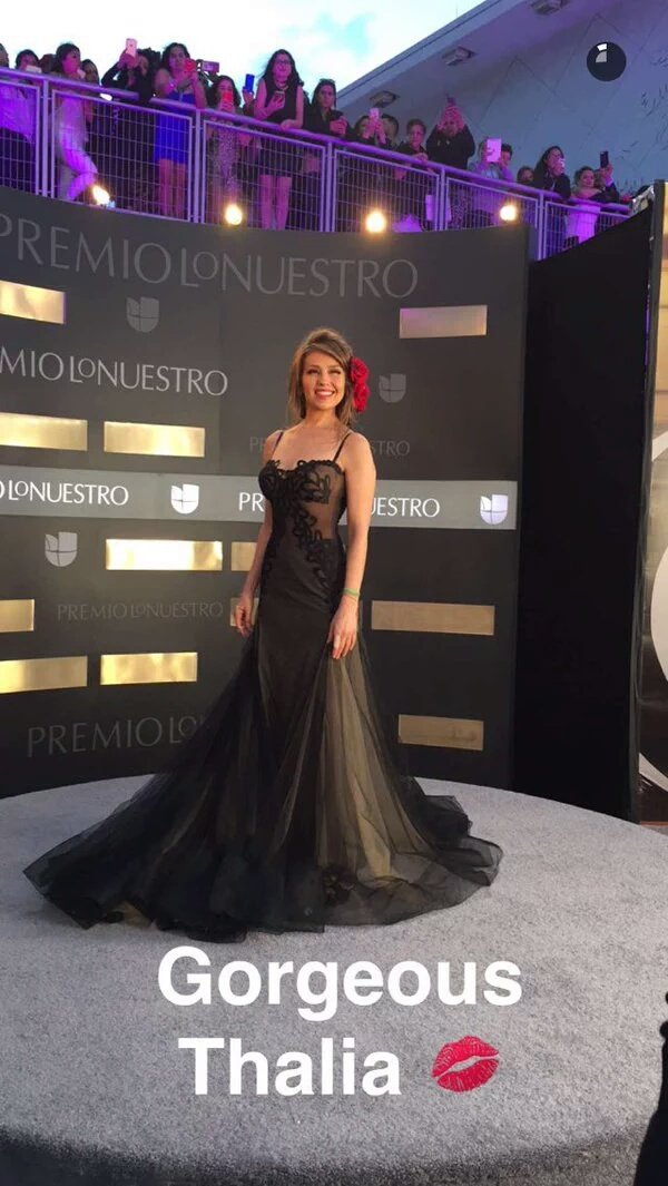 Preciosa @thalia llegando a #PremioLoNuestro #ThaliaYMalumaPLN https://t.co/P1EDzg4FeD