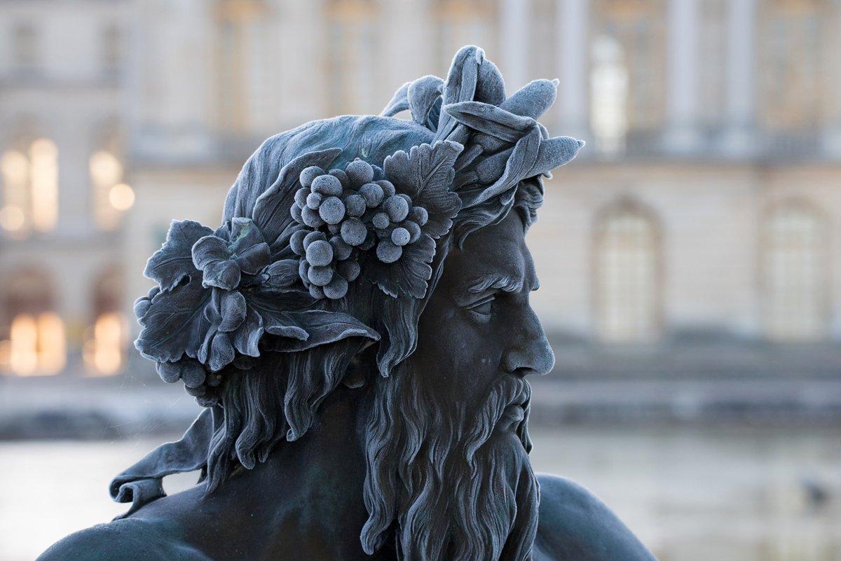 Les sculptures du parc de Versailles recouvertes de givre. https://t.co/Jiep5fvLZI