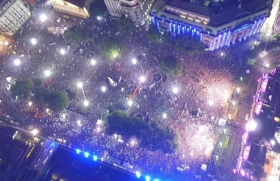 #FelizCumpleCFK. @CFKArgentina La única persona que puede poner una Plaza de Mayo de fiesta y un país de pié. https://t.co/ztLPnEjAqo