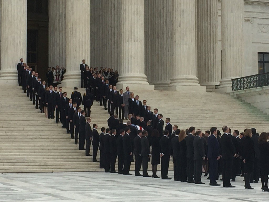 Former Scalia clerks lining the steps as US SupCt Police officers serve as pallbearers and take casket inside. https://t.co/LECWXTw3iw