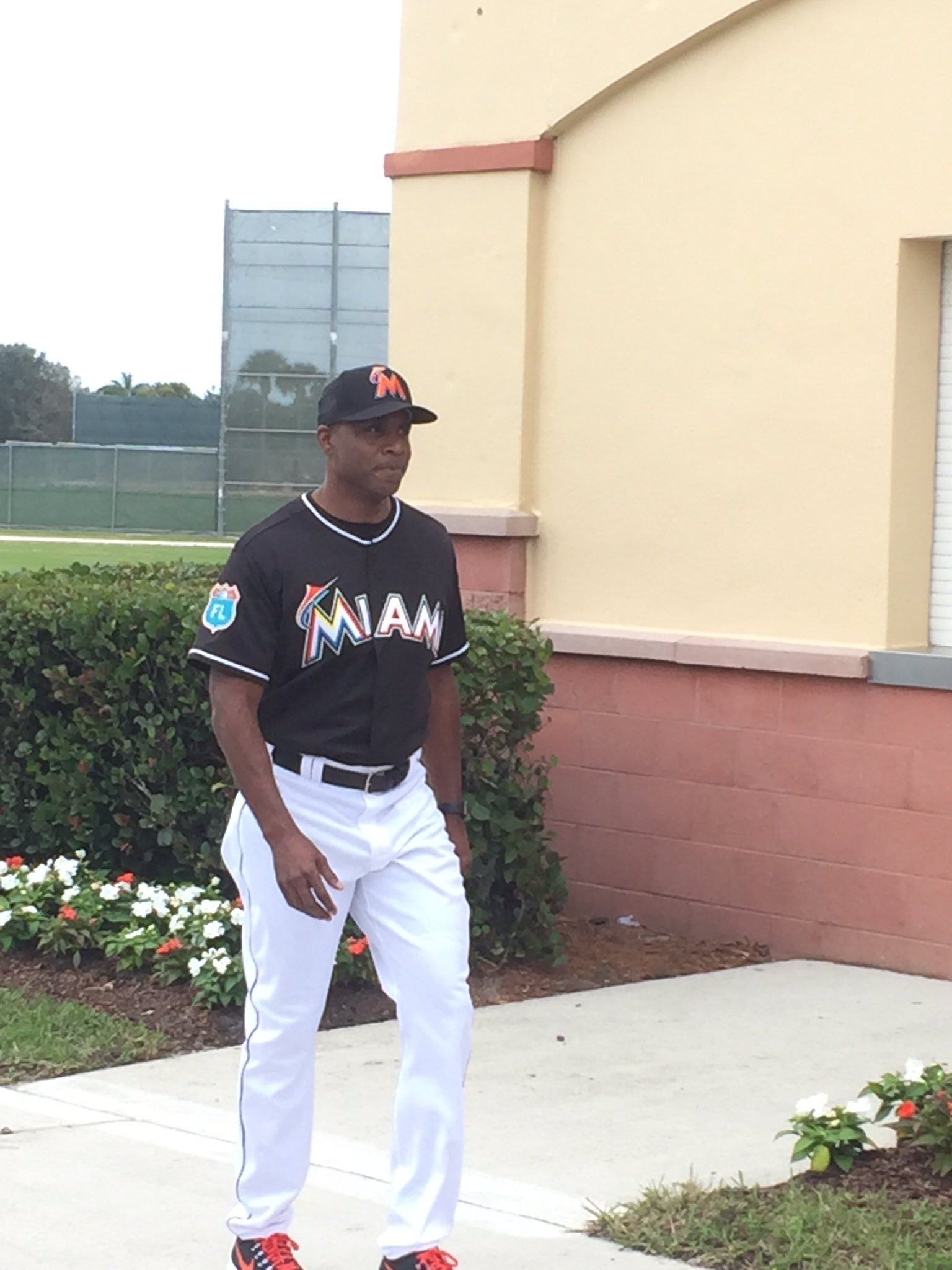 Barry Bonds in a @Marlins uniform. This is a weird reality. @CBSMiami @CBS4Sports https://t.co/udhinKJ460