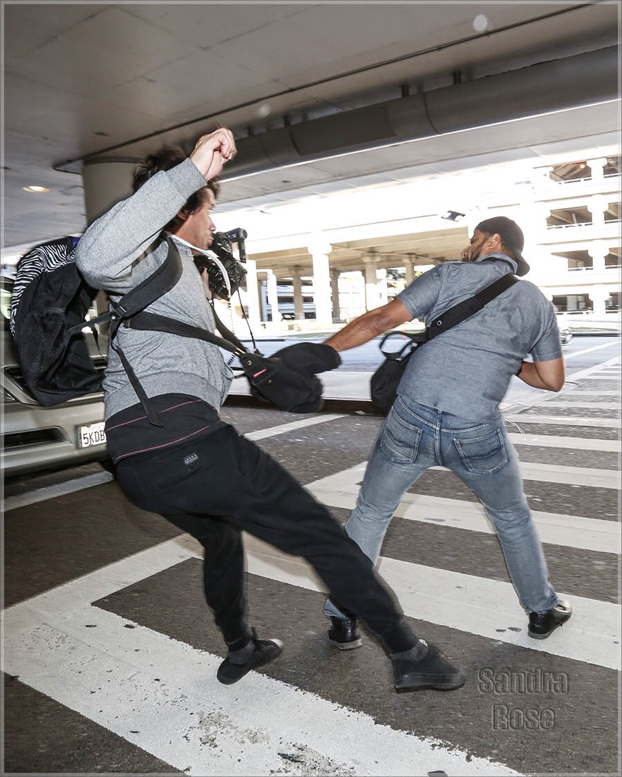 Kanye breaking up a paparazzi fight today at LAX airport. #Kanye2020 https://t.co/B7hJer2O5Z