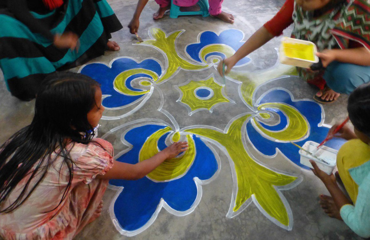 "In honor of ""Ekushey February"" (2/21, Mother Language Day) in Bangladesh, rickshaw pullers' daughters paint alpanas. https://t.co/CLqRzh1uae"