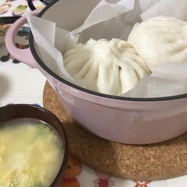 神楽坂五十番の五目まんと大丸限定のすき焼きまんを #バーミキュラ で蒸しました。熊野の地養卵で卵スープ作ったよ。 #もきゅご飯 https://t.co/HNOTgm41Yz
