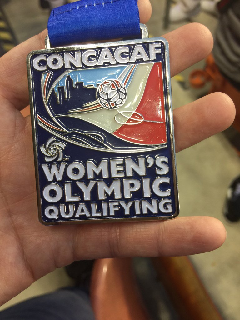 Canada coach threw his silver medal into the stands. @DuskySprngfield caught it #USAvCAN https://t.co/afir9DBkB4