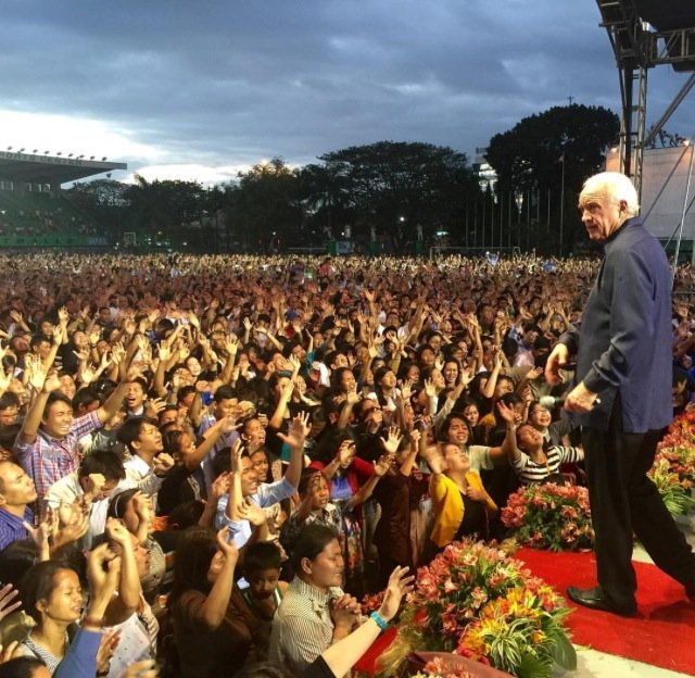 """""""35000Attendance 5000HolyGhost never seen anything like it~In awe of God"""" ~@glennmassey @AnthonyMangun #Philippines https://t.co/R7ukytrsMX"""