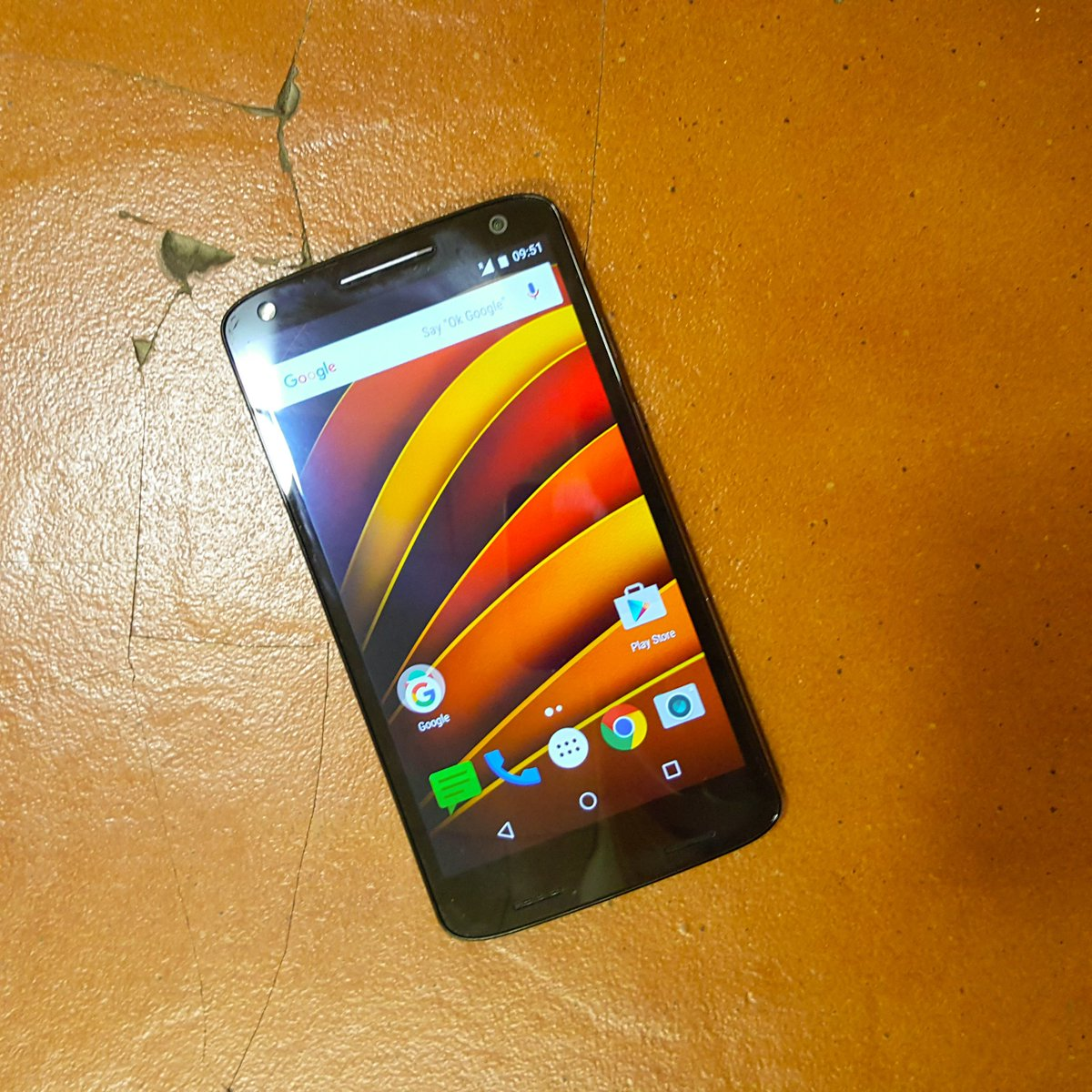 Oops! Just dropped the Moto X Force on the floor and the tile broke. #motorola #motoxforce @Moto_IND https://t.co/WJlYZnrUzr