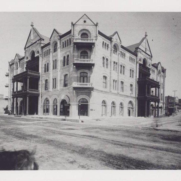 Exterior of the Driskill Hotel in 1888. Austin History Center: PICA 05049. #ATX #Austin #A… https://t.co/u39KZHCZJd https://t.co/0t4D1er8Vu