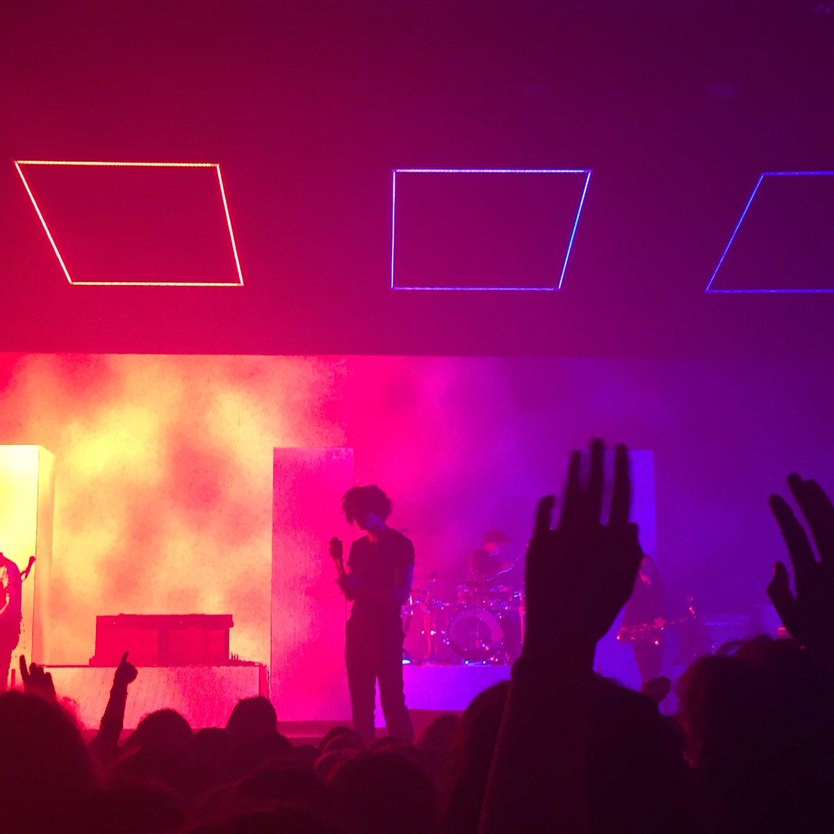 no one does concert aesthetic like the 1975 https://t.co/dt2c8ZM9AV