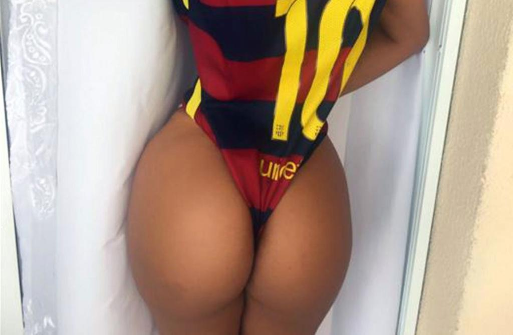 RT @officialpage3: Miss BumBum shows off her famous assest https://t.co/6yAp3aMeX2 https://t.co/TbEC7Bc8A4