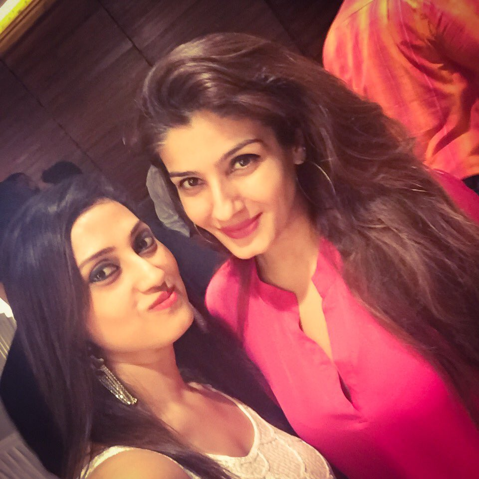 With the pretty @TandonRaveena at the Otters Club. #Sundown https://t.co/MuzVyNTdgl