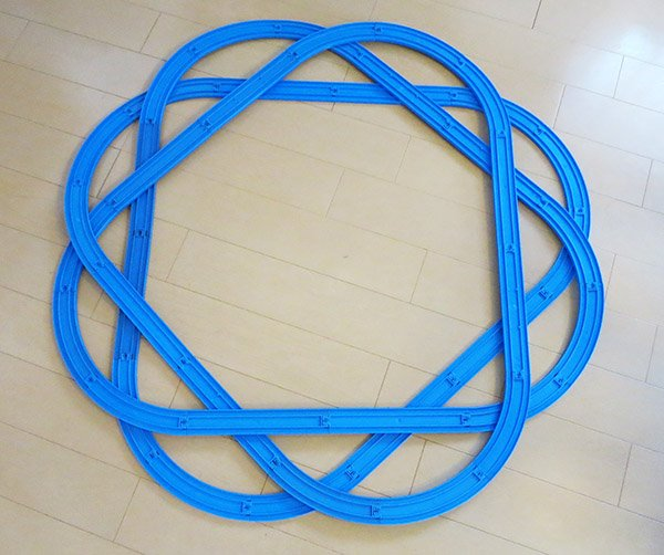 おはようございます。  今朝のプラレールは、プラレール幾何学模様。 一筆書きで一周してきます。 もう少し直径をとれば、立体交差で実際に走れるコースになるはず。  もはや家族は誰も興味を示してくれない。 https://t.co/WDqy8ERwkm