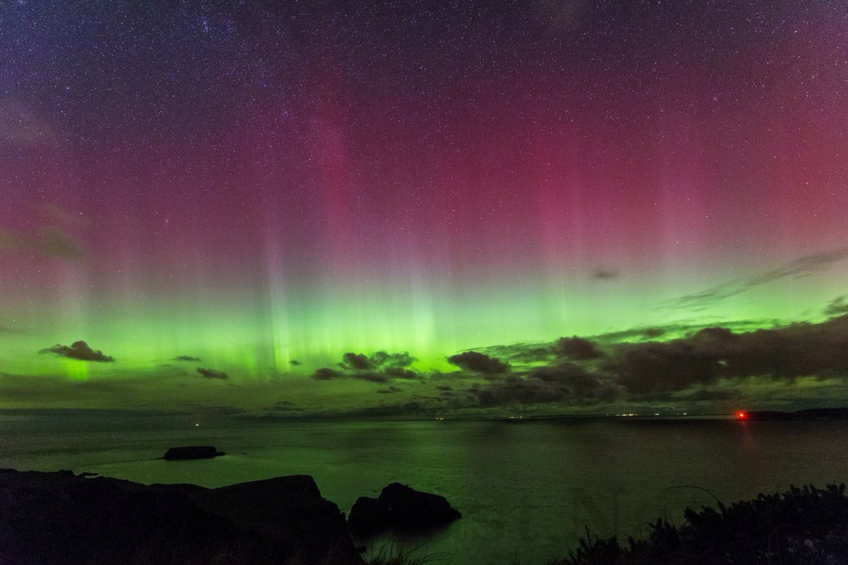 Northern lights over Carrick-a-Rede, Sheep Island, #Rathlin & Islay Scotland by Rathliner Tom O'Donnell last night. https://t.co/JPuHqDSRcq