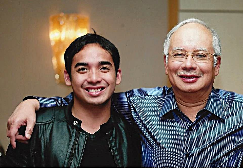 Guest DJ at #ZoukSingapore forced to end set early to make way for Najib's son https://t.co/Stdv5P9HAX https://t.co/Maij8SUqqZ