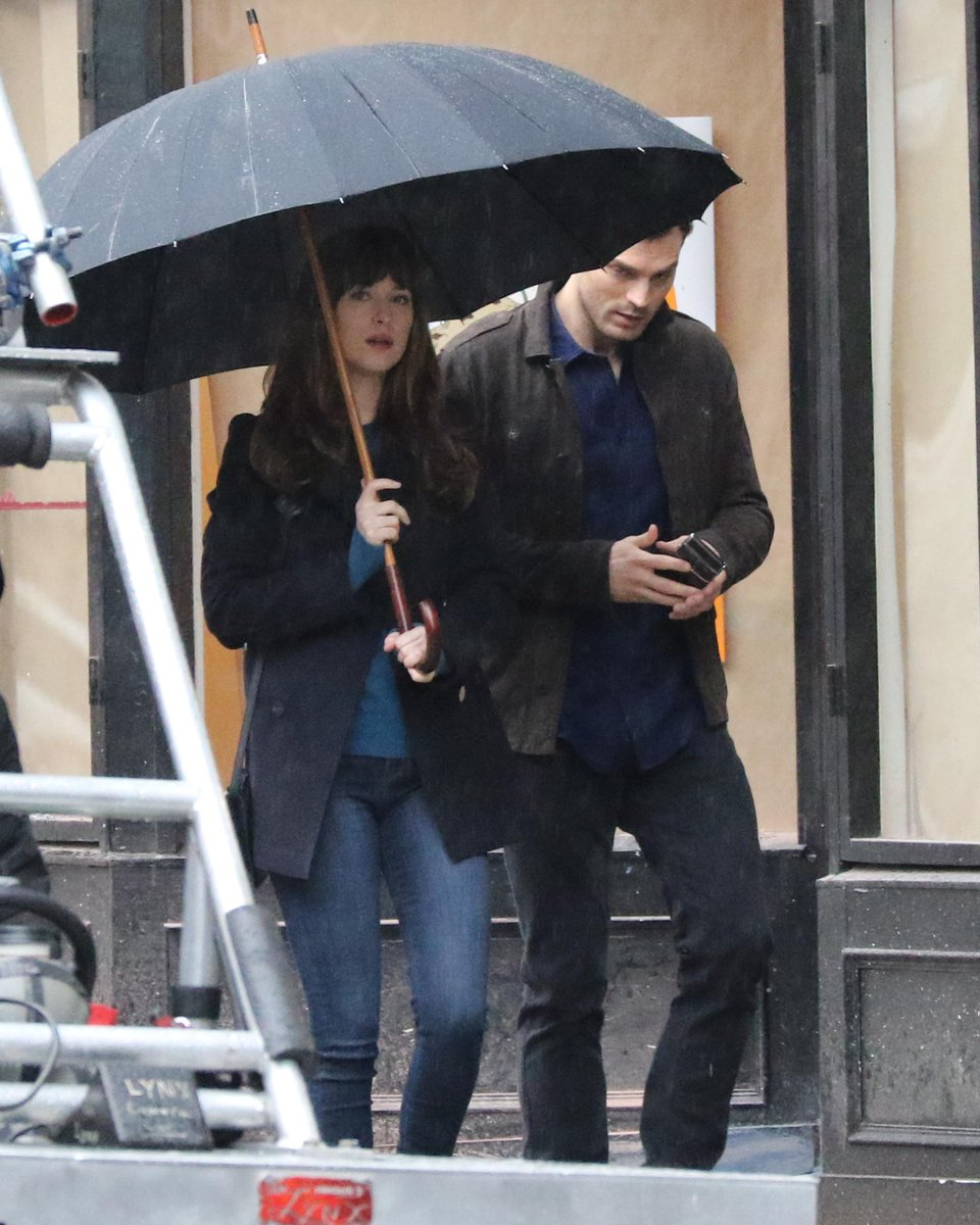 Jamie & Dakota walking under the umbrella...Jamie runs and grabs it from her like the gentleman that he is lol https://t.co/zjwxGB1K63