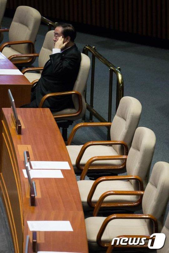 공천 컷오프를 통보 받고도 본회의장에 나와있는 문희상, 유인태 의원 https://t.co/XFuAetUpk3