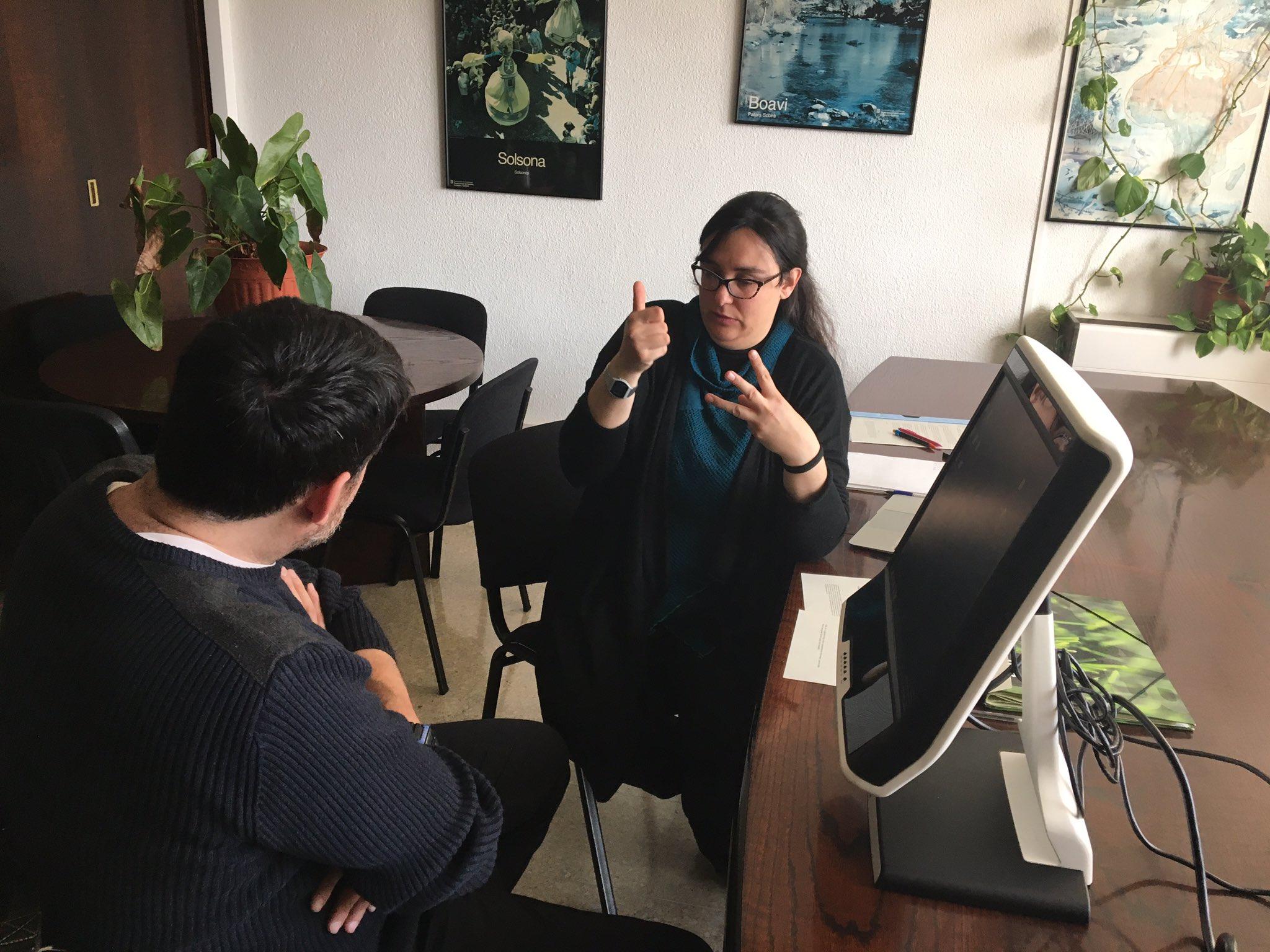 Un usuari signant que participa les proves de test i valoració per #accesibilitat de #televisió amb #ILSC https://t.co/zNehnMbYj7