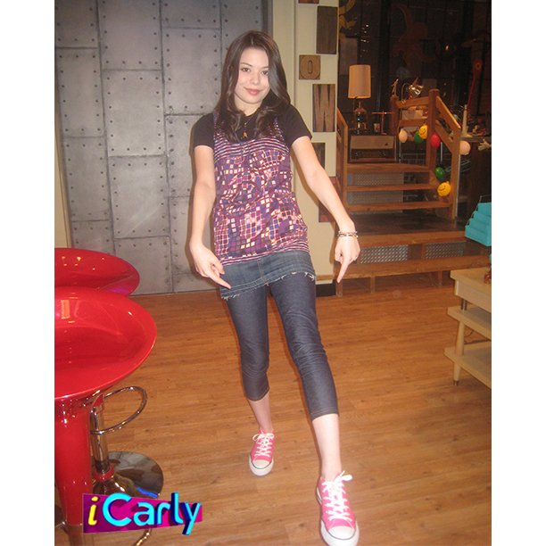 DANNNNNG, CARLY!! At it again with the pink Converse! https://t.co/HralBn3jP7