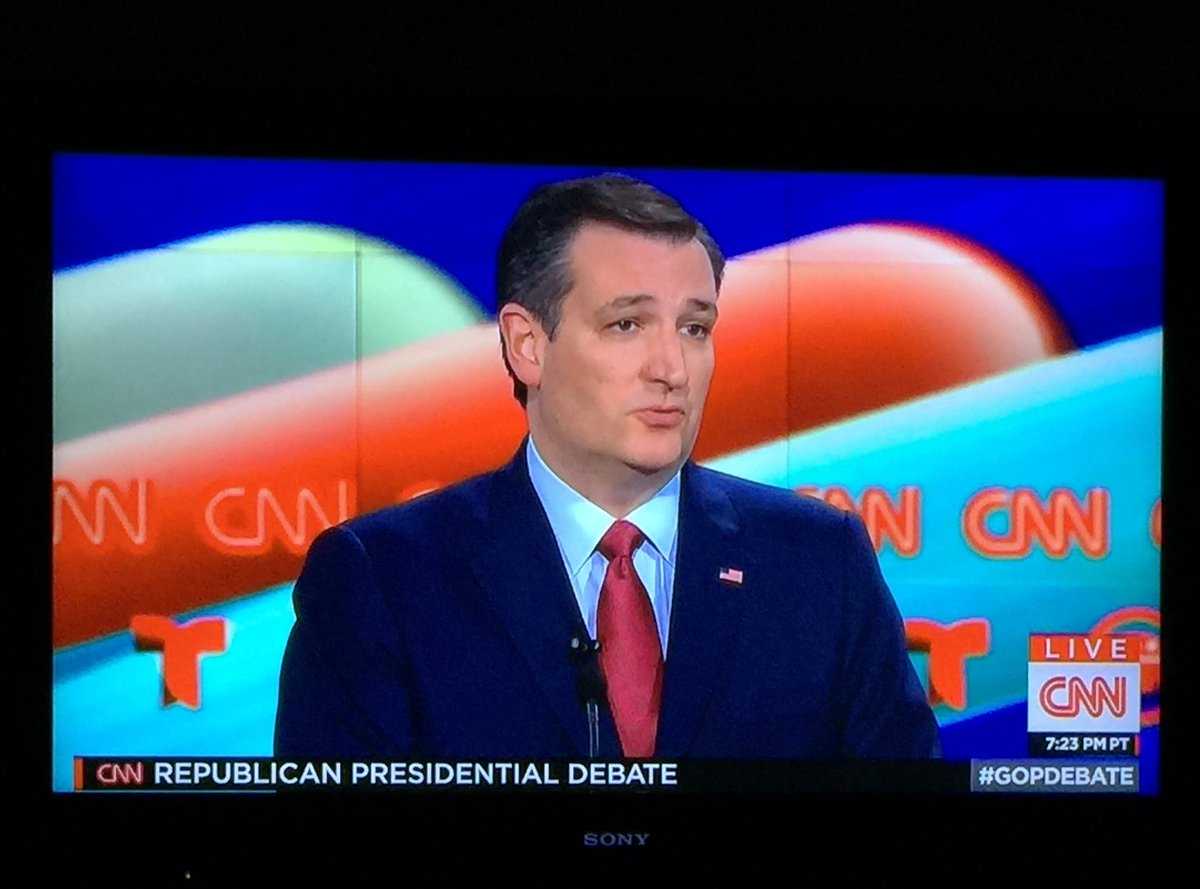 Is it just my hunger, or are the candidates standing in front of a giant hotdog? #GOPDebate https://t.co/v1gxVrysF1