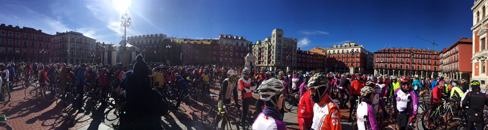 La Plaza Mayor de #Valladolid llena a rebosar de ciclistas para pedir respeto a las normas y sobre todo a las vidas https://t.co/iB5Z6s789s