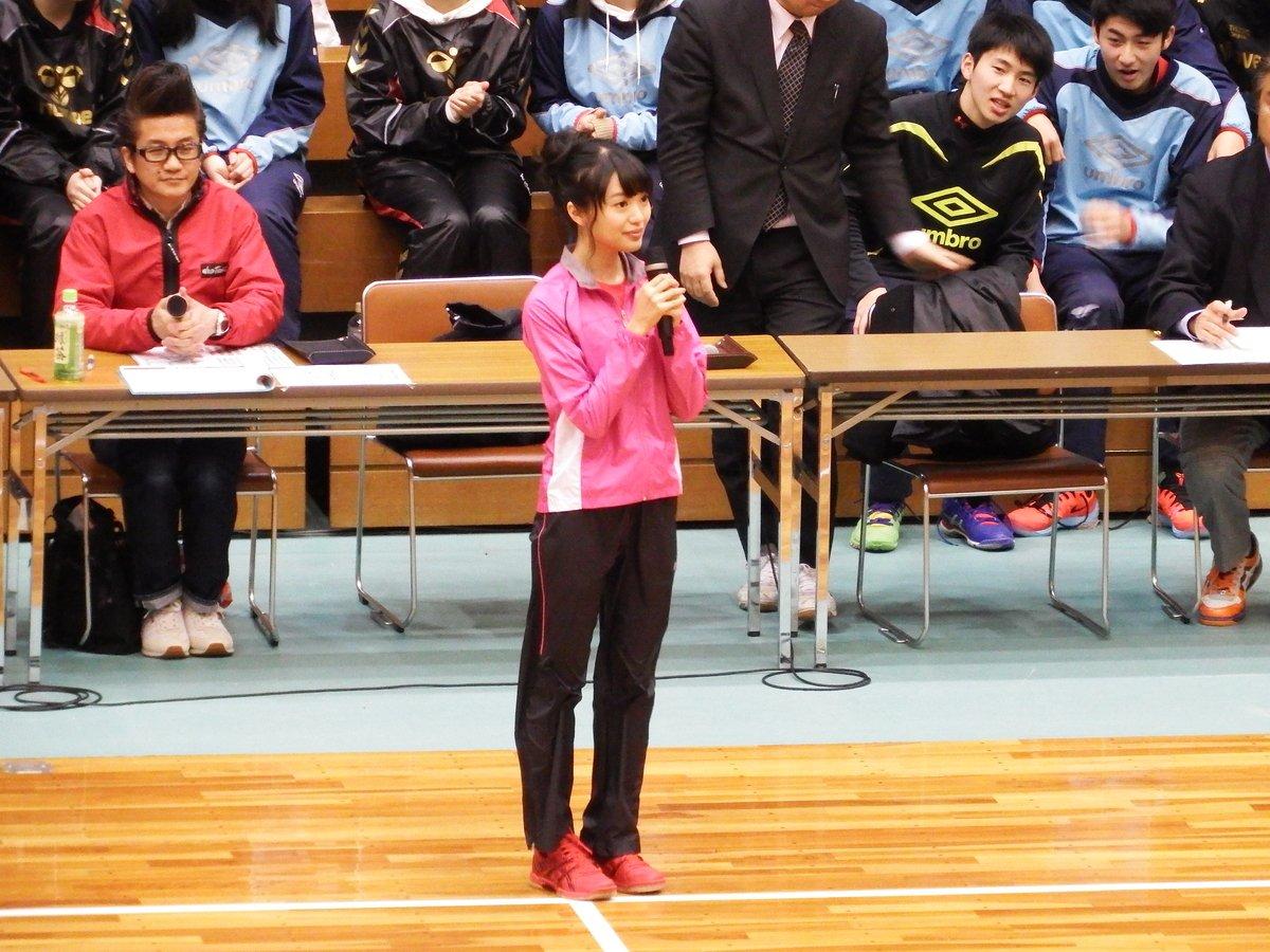 日本ハンドボールリーグアンバサダーの勇姿!最高に可愛いです! RT @komuronext 本日の佐賀県総合体育館でのNGT48、AKB48の 北原里英 氏の一コマ Part2。始球式。 https://t.co/vA68kRoY7g #handballjp