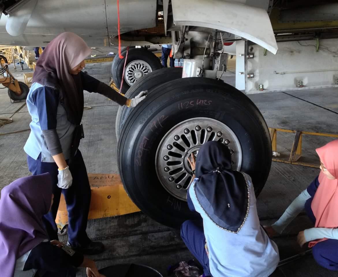 Apa la dibanggakan sangat juruterbang pompuan bawak 787.. Mai turun tukar tayar sekali la kalau berani.. https://t.co/gHHFaYyhNs