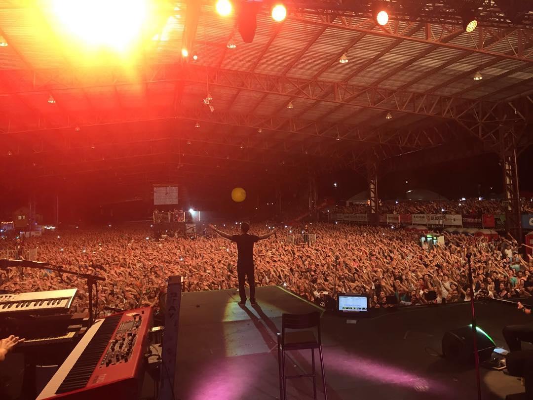 ontem fomos abençoados com uma noite inspirada. tocamos em caxias do sul pra 30 mil pessoas. foi surreal! https://t.co/rSvfRDRGuG