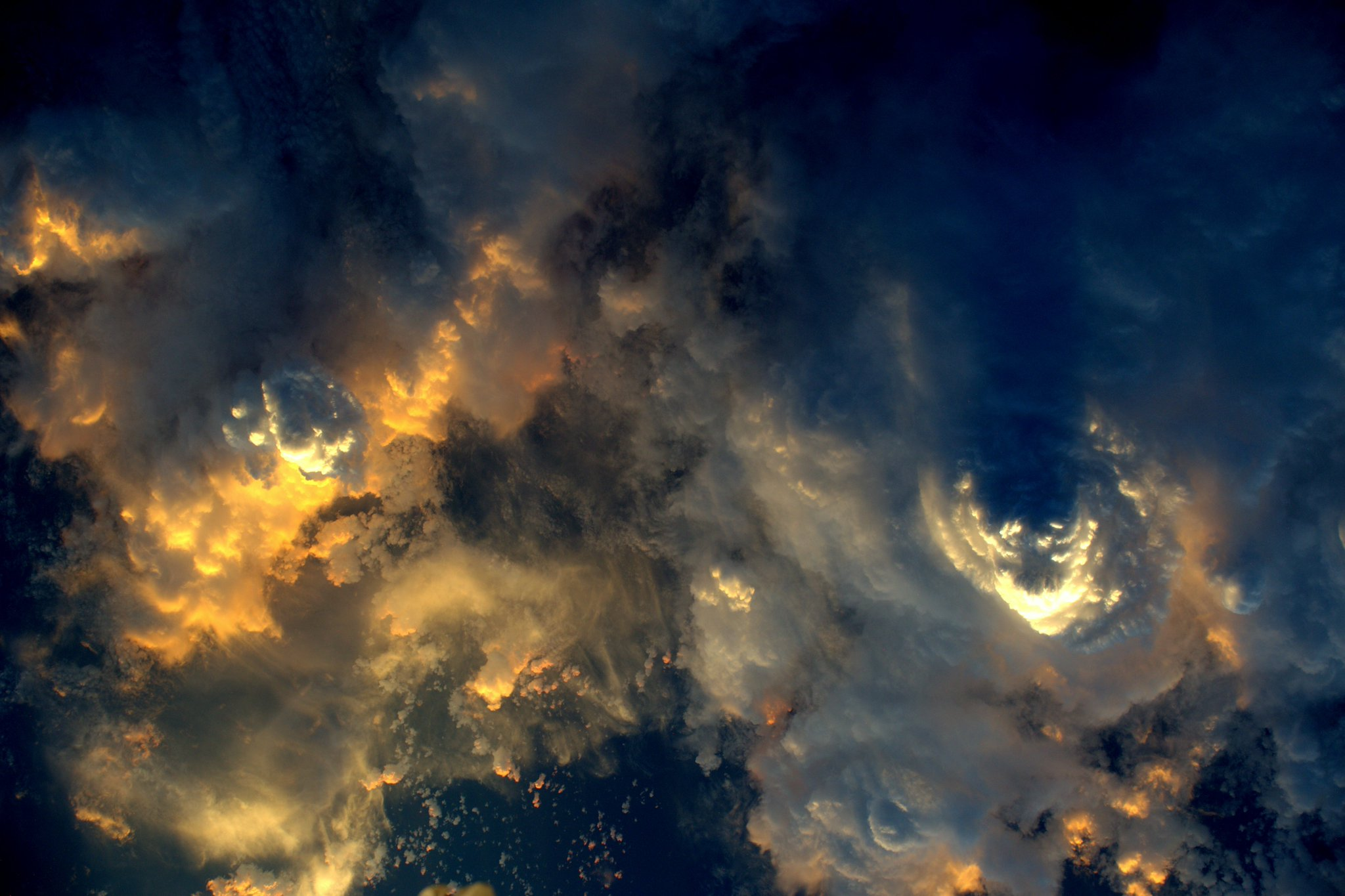 Storm clouds from above at #sunset . @Space_Station https://t.co/ODE2dkUORg