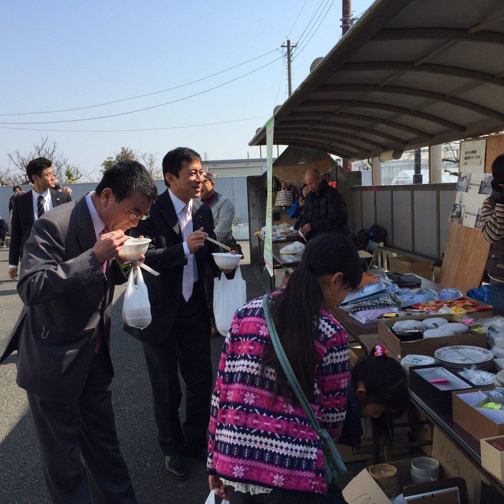 河野太郎大臣@konotarogomameと平塚市内各地の公民館祭りを回っています。お昼は定番のおでんや焼きそば。天気が良くて気持ちよし。 https://t.co/R433vIJBST