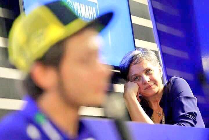 الإيطالي فالنتانو روسي بطل سباق الدراجات النارية يتحدث في مؤتمر وأمه تنظر إليه. هل ترون كيف يتجسد حب الأم في نظرة؟! https://t.co/x3soL32qUy