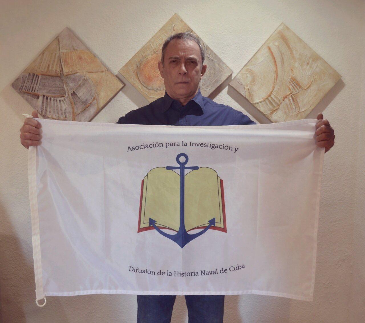 Max Gómez Alvarez VP @cubanheritage sosteniendo la Bandera de la Asociación que acompañará laExpedición en el Artico https://t.co/xVB18o6fmo