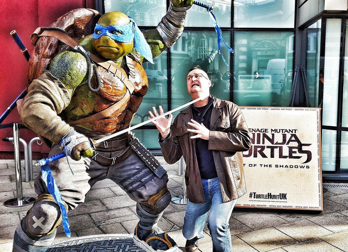 Leonardo's blade came DANGEROUSLY close to my neck today at #ComicConlondon #TurtleHuntUK https://t.co/36ugjaa3M8