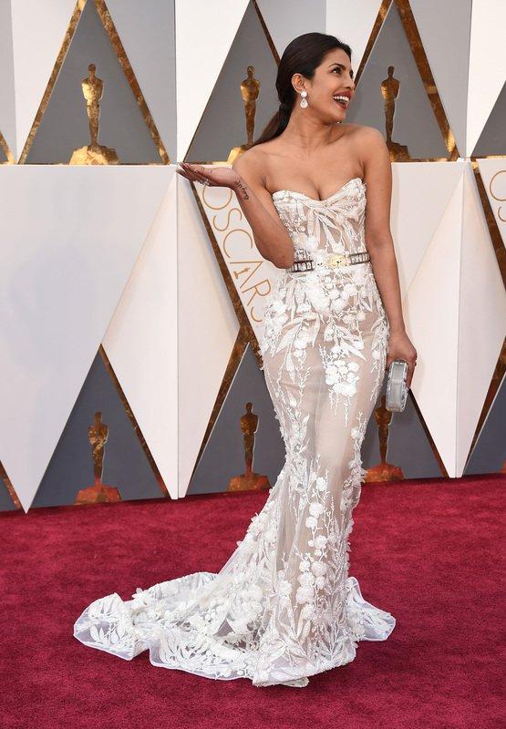 Doesn't she look like a dream! #Oscars2016 @priyankachopra https://t.co/M3LmY3SEoF