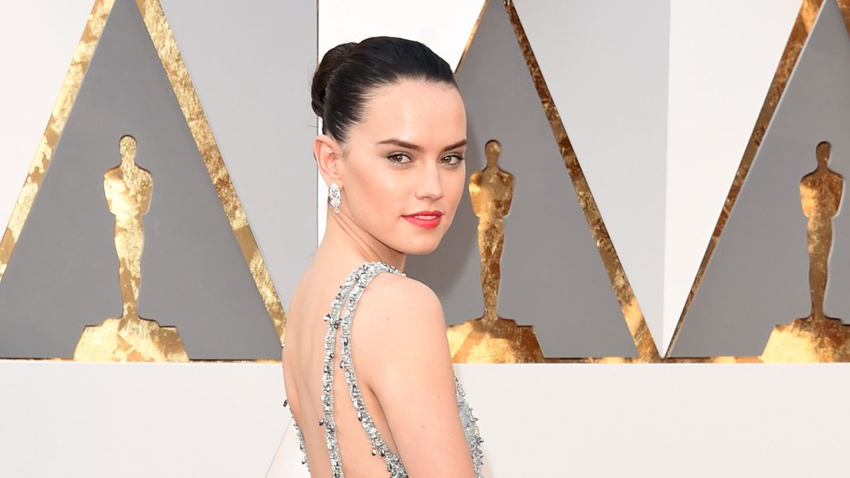 Did Daisy Ridley pay tribute to her Star Wars character on the Oscars red carpet?!