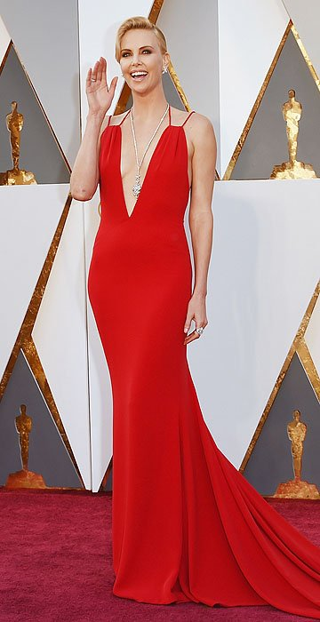 Charlize Theron in red at the #Oscars! https://t.co/7rru7IWdwO