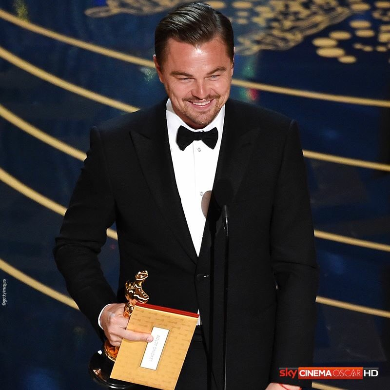 @LeoDiCaprio what does that finger mean Leo???? #Oscars #LeoDiCaprio #TheFinger https://t.co/7BSLu96Dr6