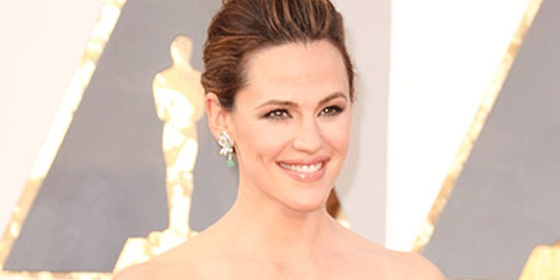 Jennifer Garner has funny words for Benicio del Toro after he steps on her dress