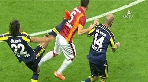 Alves e bu pozisyonda kırmızı veren kimdi cevabı çok basit :) https://t.co/40lGHPbKZM