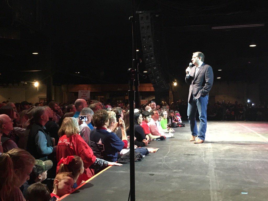 #TedCruz first stop of the day #Dallas then San Antonio then Houston @gilleysdallas #Cruz #CruzCrew https://t.co/xpvnR8YEIQ