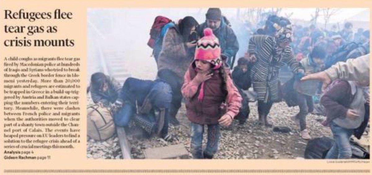 La fotografía de portada en FT rompe el alma, refugiados huyendo de los gases lacrimógenos https://t.co/k6RDCnDJi9 https://t.co/QCFG9c7oG8