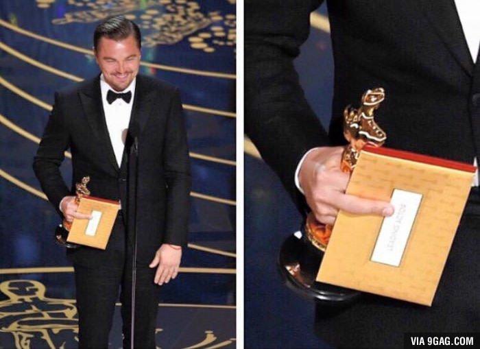 Per alcuni è involontario, per altri un messaggio subliminale all'Academy. Voi che dite? #LeonardoDicaprio #Oscar https://t.co/yQDfSPD4yX